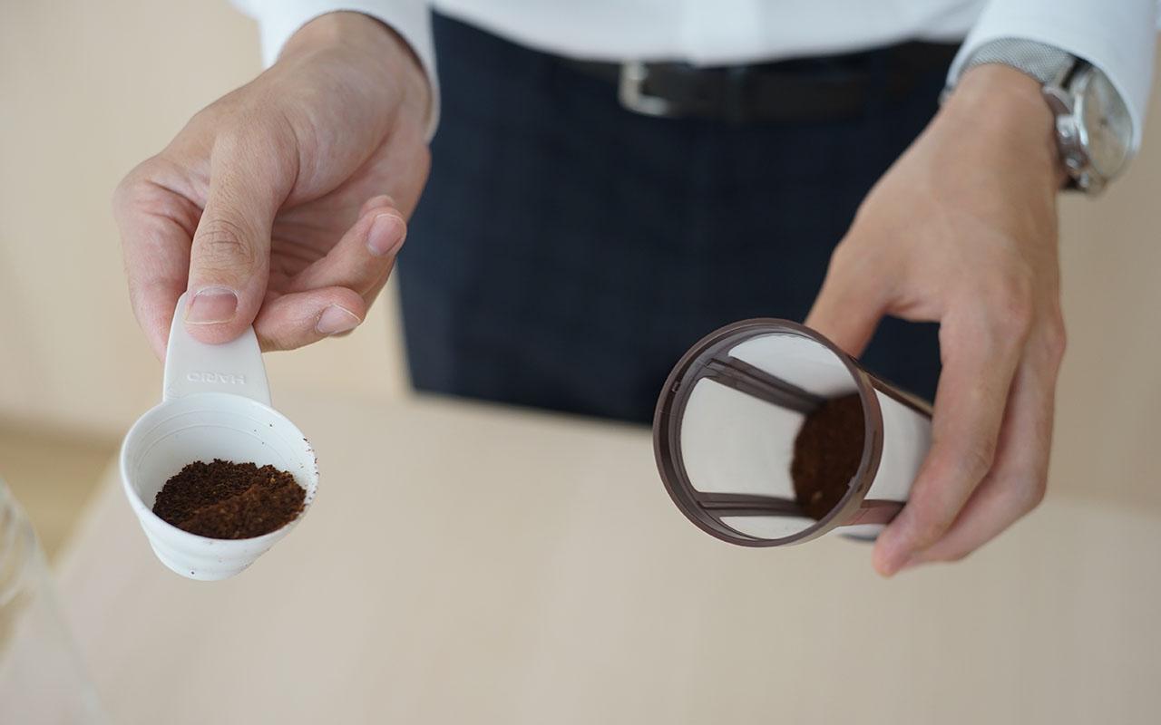 ストレーナーにコーヒーを入れている画像