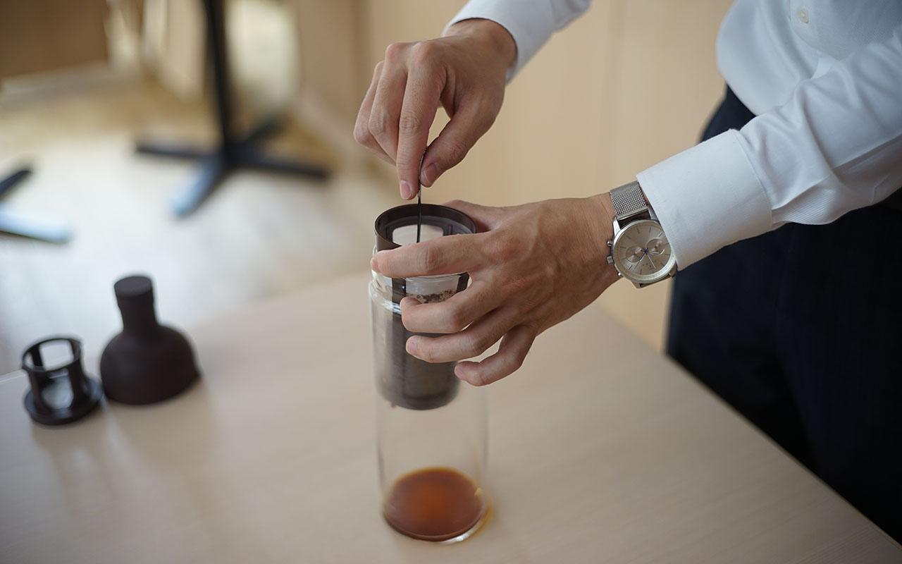 コーヒー粉を攪拌しているようす