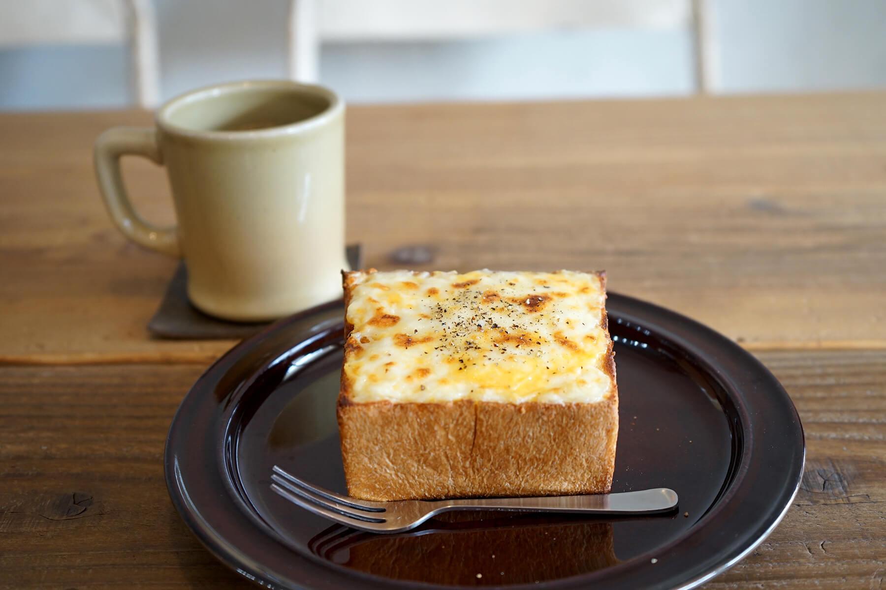 この頃メニュー入りした自家製パンにホワイトソースと3種のチーズをのせた「チーズトースト」530円(税込)は今一番人気に。