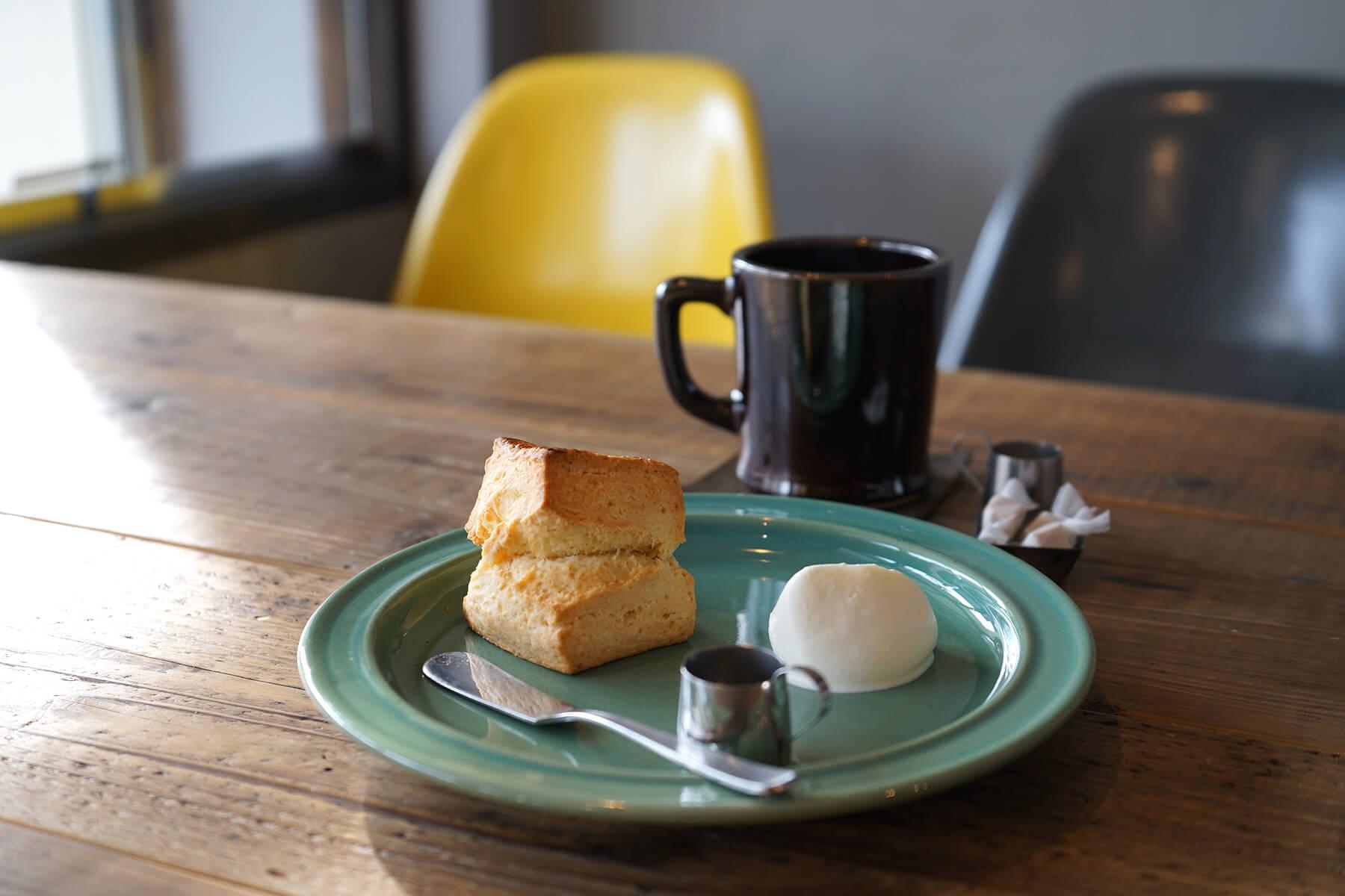 定番の「スコーン」390円(税込)と札幌の「RITARU COFFEE」の豆を使用した「コーヒー」440円(税込)。